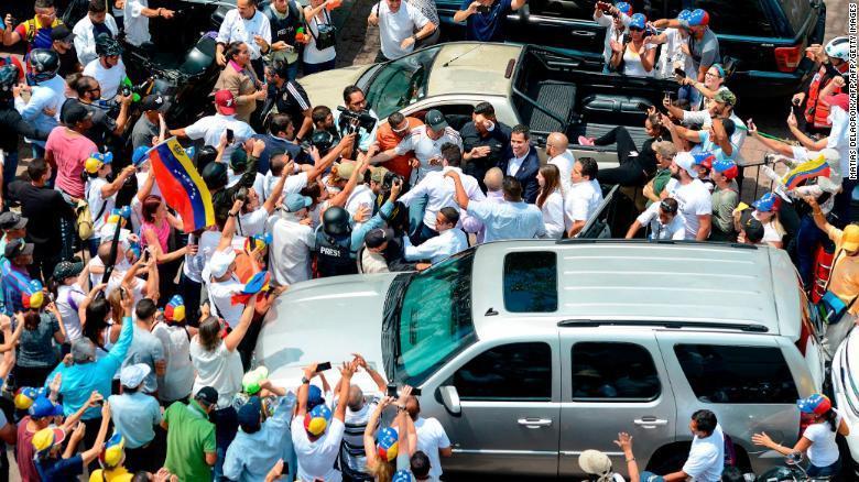 خوان گوایدو با وجود خطر دستگیری به ونزوئلا بازگشت