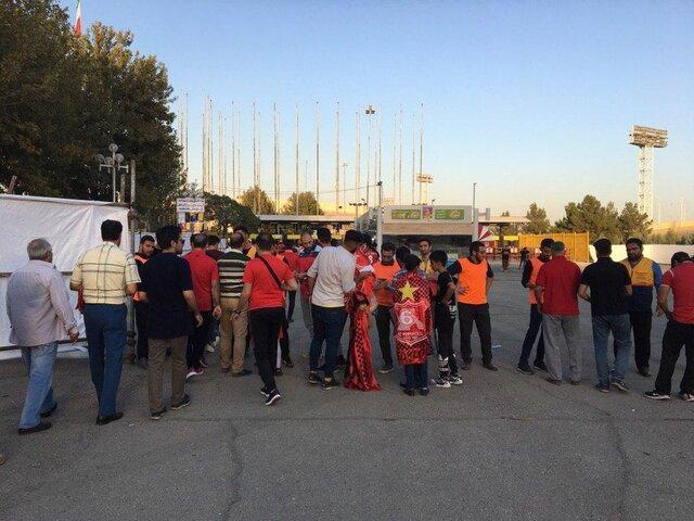 تماشاگران بدون بلیت بیرون استادیوم آزادی!