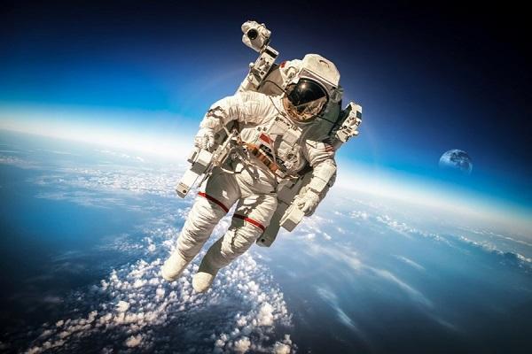 پرش حیرت آور و وحشت انگیز یک فضانورد به داخل جو زمین
